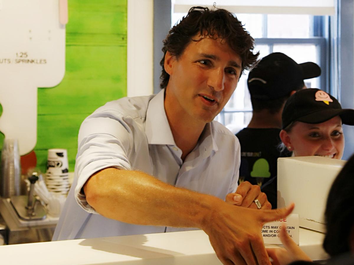 特鲁多总理在COWS店内服务